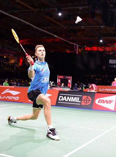 Viktor trycker vid nät. by BadmintonSweden