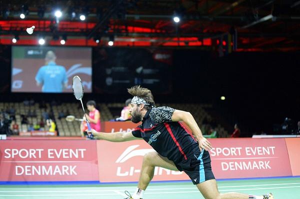 Ville Lång attackerar nät by BadmintonSweden