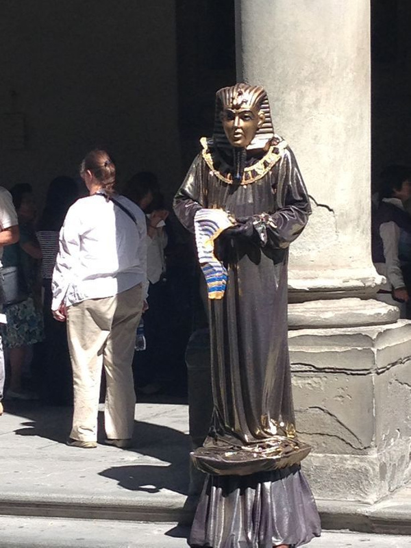 Living statue outside Uffizzi gallery