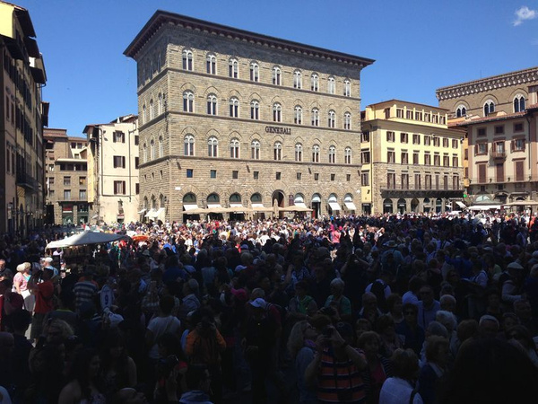 Plaza outside Uffizi galleries & Palazzo Vecchio during EU election rally by BradAndDebbie