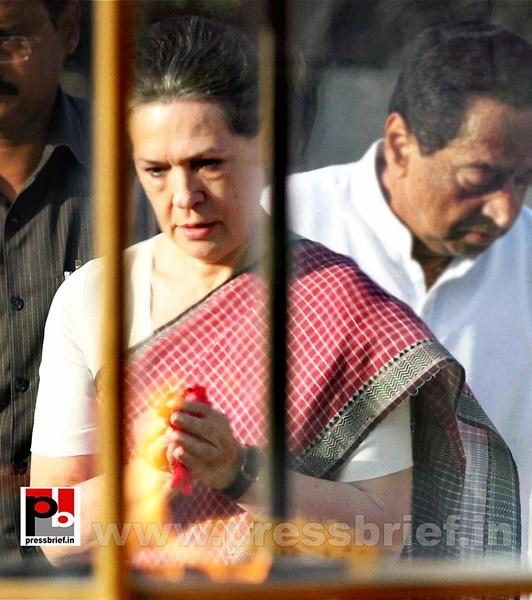 Sonia Gandhi pays tribute to Mahatma Gandhi (2) by...