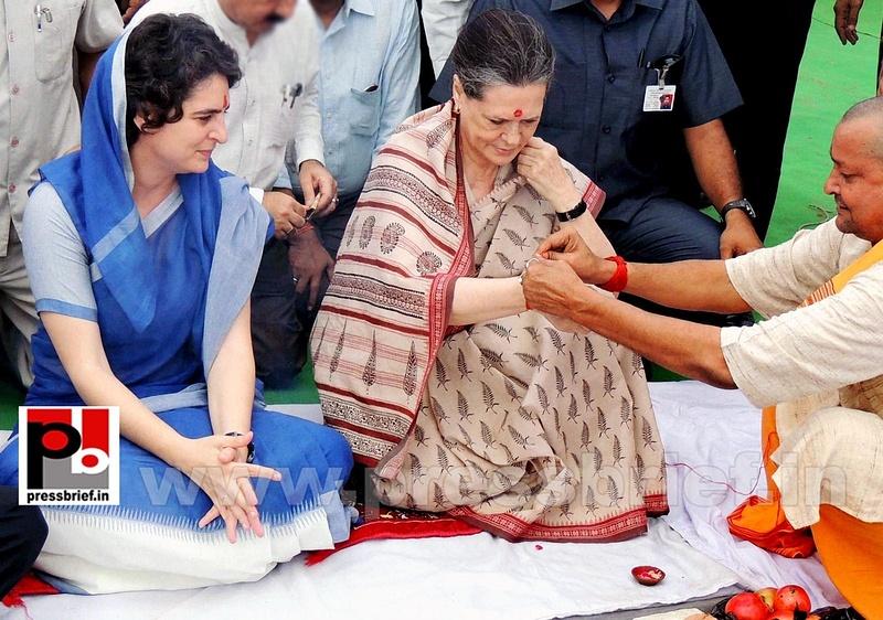 Sonia Gandhi & Priyanka Gandhi visit Raebareli (1)