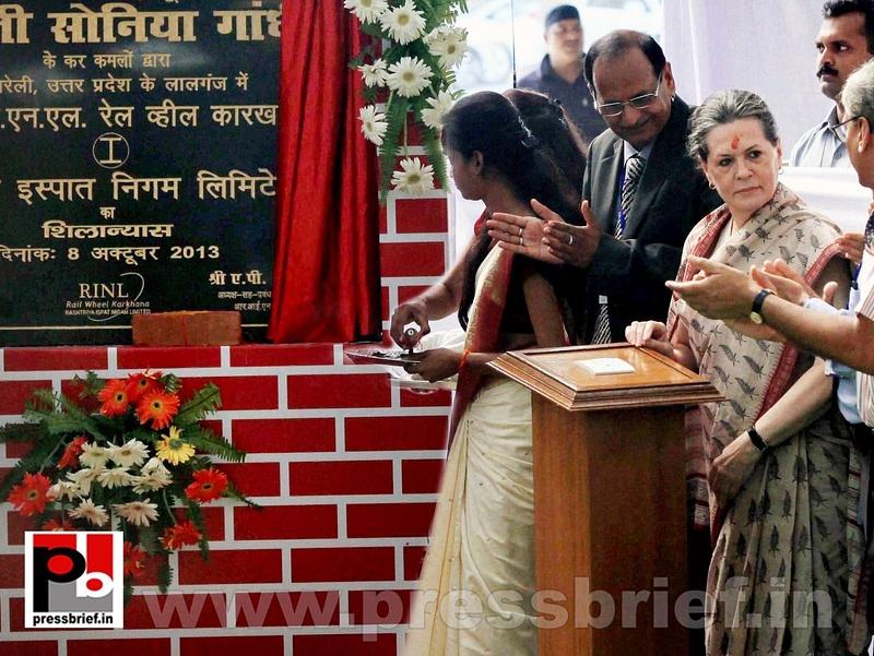 Sonia Gandhi & Priyanka Gandhi visit Raebareli (3)