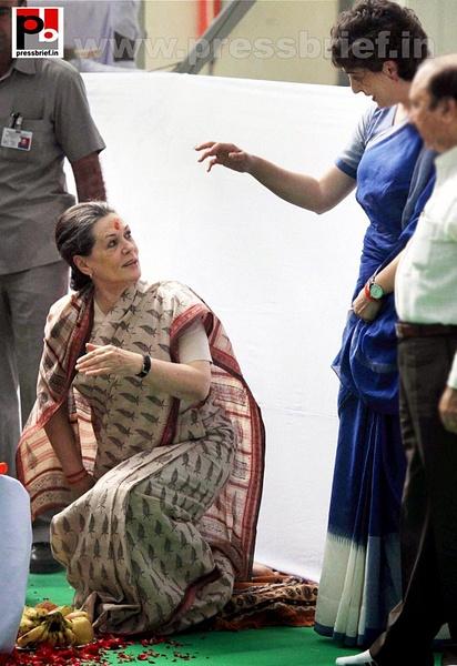 Sonia Gandhi & Priyanka Gandhi visit Raebareli (6) by...
