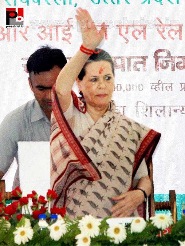 Sonia Gandhi & Priyanka Gandhi visit Raebareli (8)