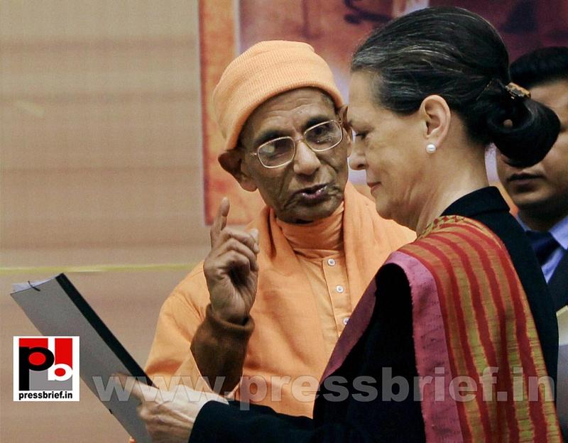 Sonia Gandhi at birth anniversary function of Vivekananda (2)
