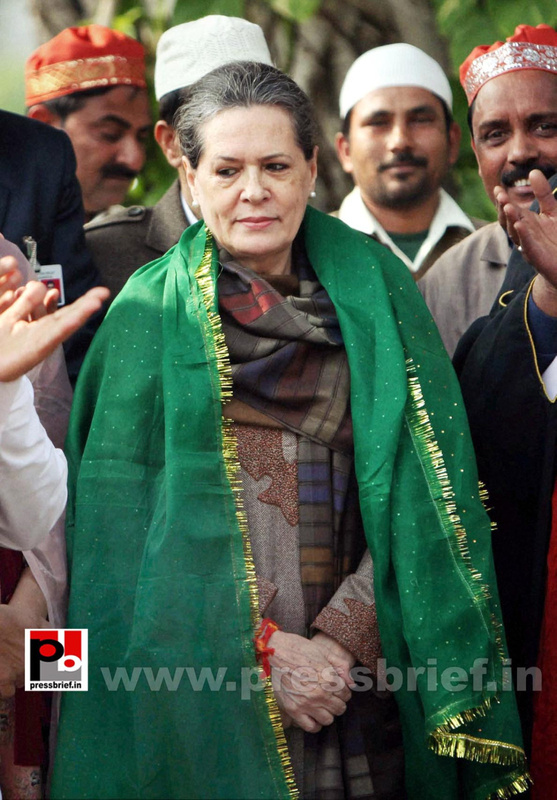 Sonia Gandhi offers 'chadar' for Dargah Kaliyar Sharif (1)