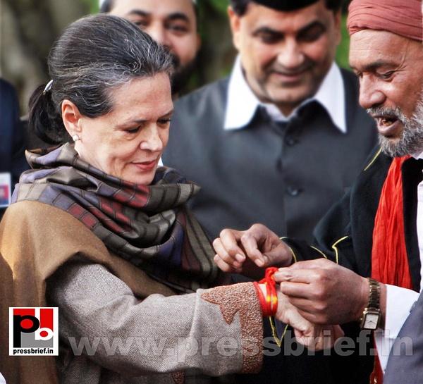 Sonia Gandhi offers 'chadar' for Dargah Kaliyar Sharif...
