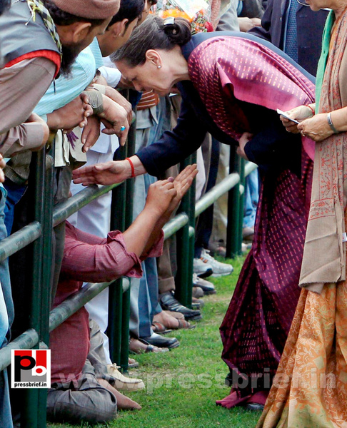 Sonia Gandhi meets street vendors (1) by Pressbrief In