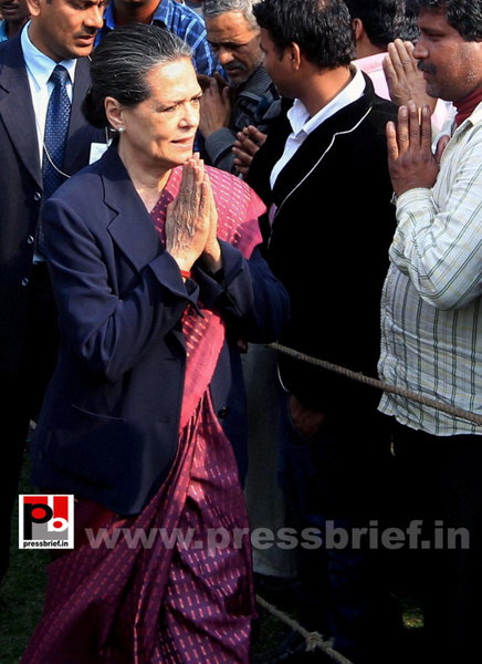 Sonia Gandhi meets street vendors (4) by Pressbrief In