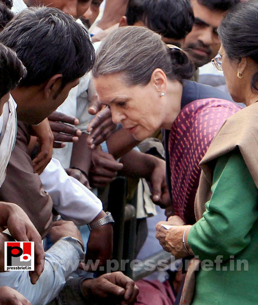 Sonia Gandhi meets street vendors (5) by Pressbrief In