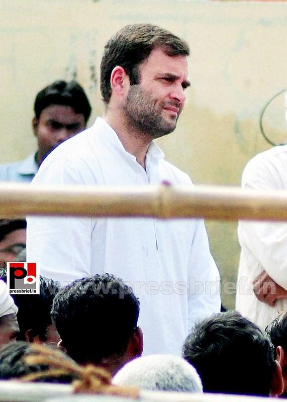 Rahul Gandhi interacts with rickshaw pullers (3)