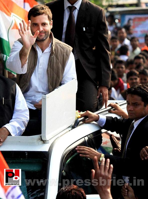 Rahul Gandhi during road show at Barabanki (1)