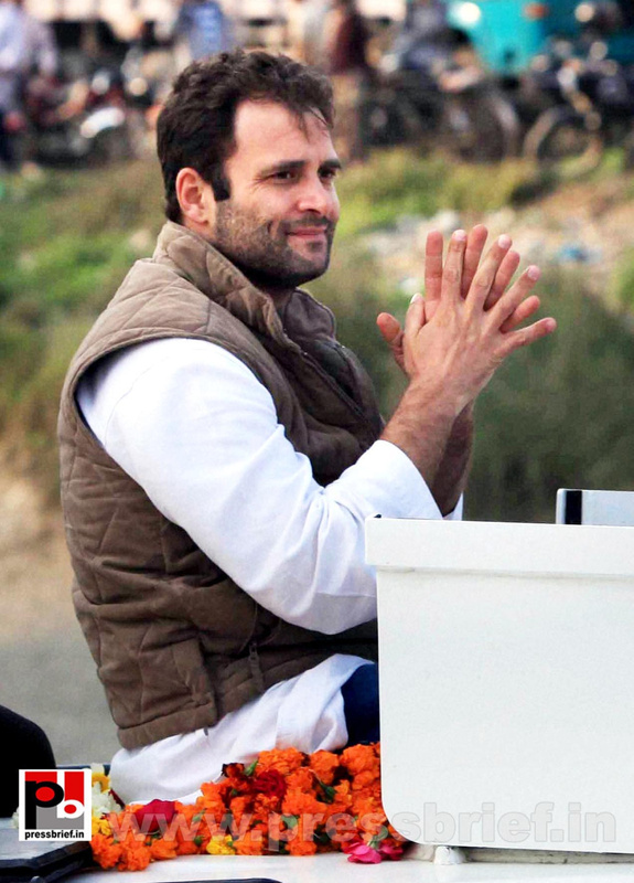 Rahul Gandhi during road show at Barabanki (2)