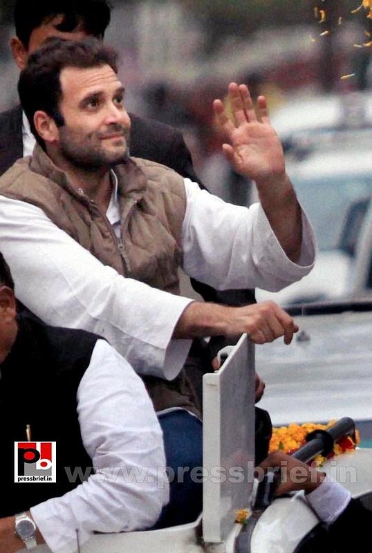 Rahul Gandhi during road show at Barabanki (6)