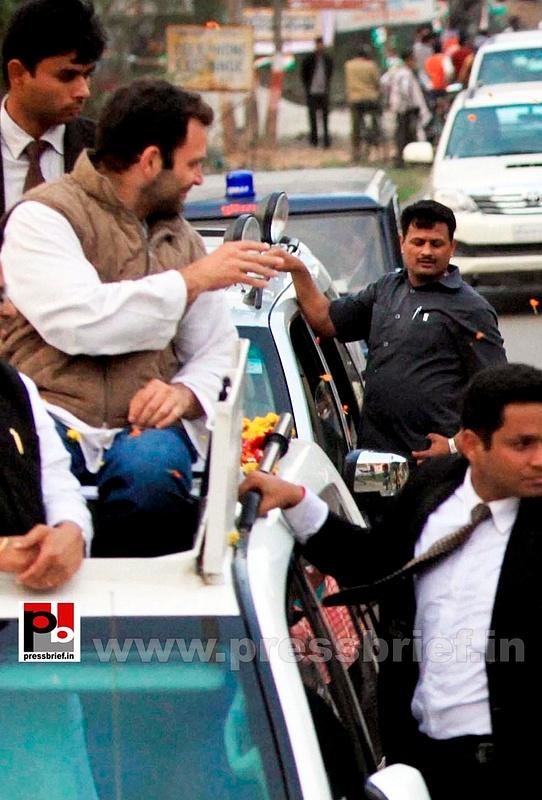 Rahul Gandhi during road show at Barabanki (7)