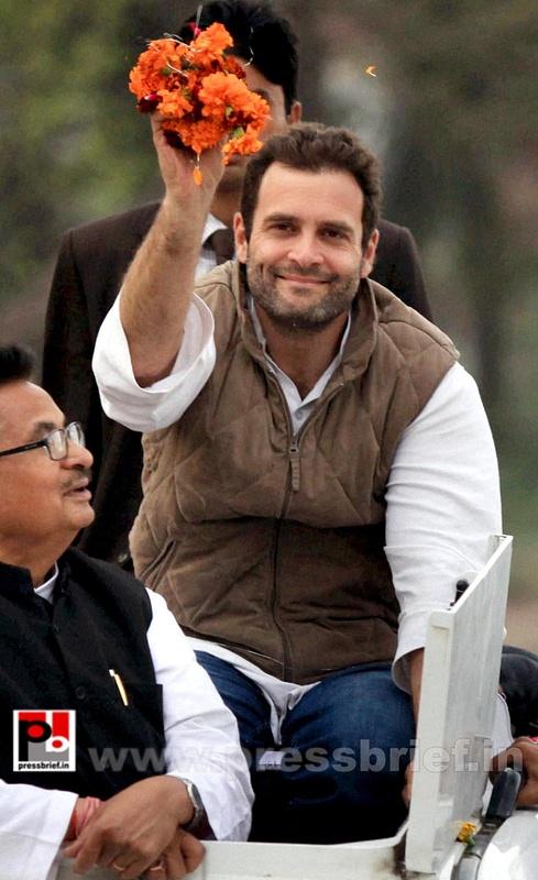 Rahul Gandhi during road show at Barabanki (8)
