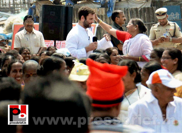 Rahul Gandhi interacts with fishermen (4) by Pressbrief...