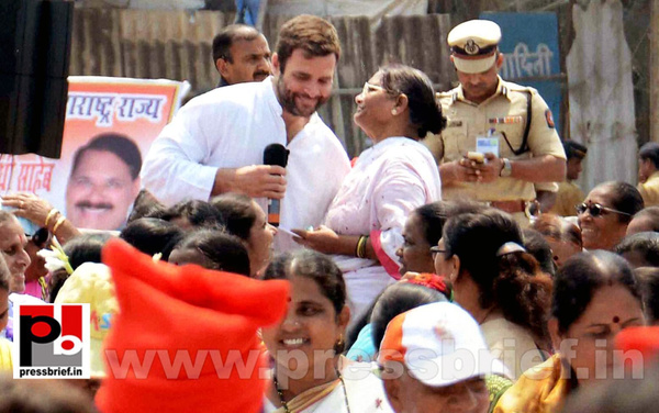 Rahul Gandhi interacts with fishermen (5) by Pressbrief...