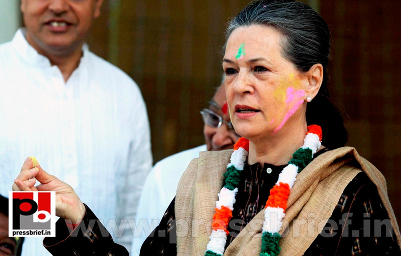 Sonia Gandhi celebrates holi (1)