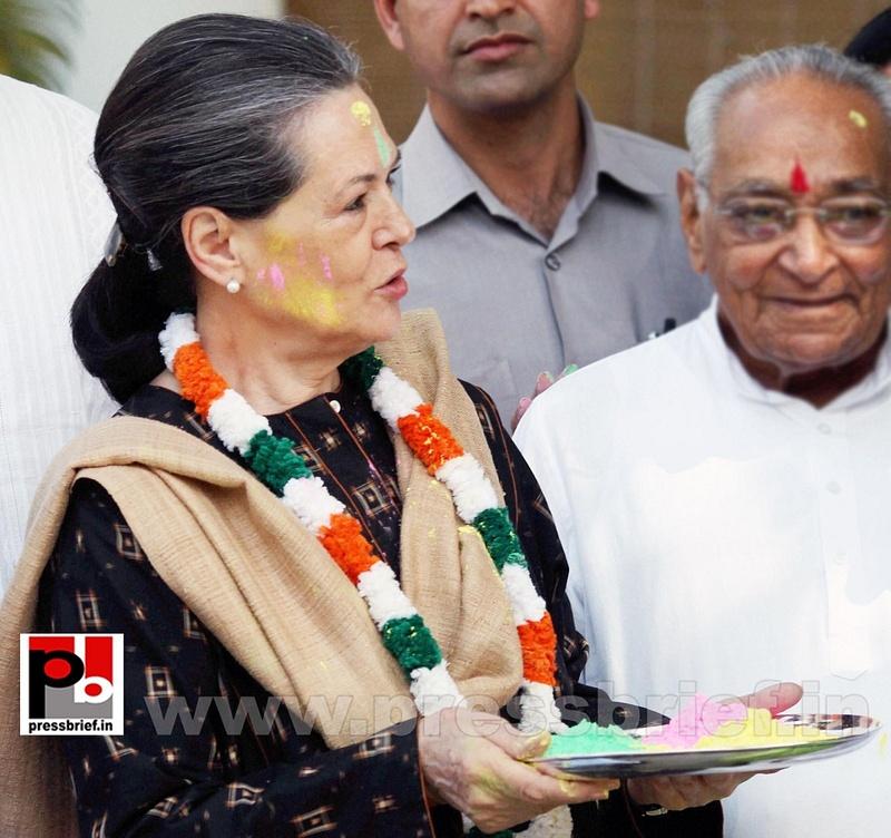 Sonia Gandhi celebrates holi (2)