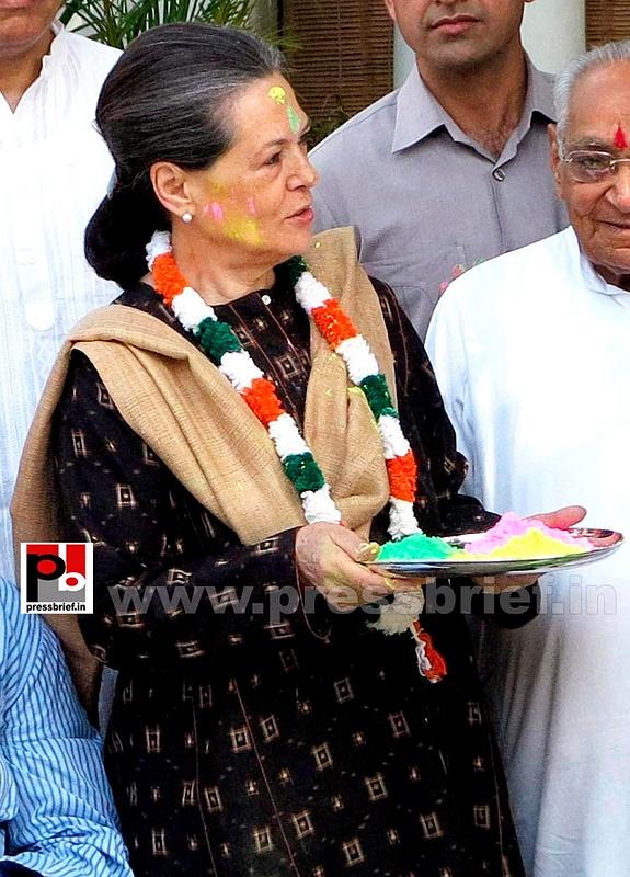 Sonia Gandhi celebrates holi (3)
