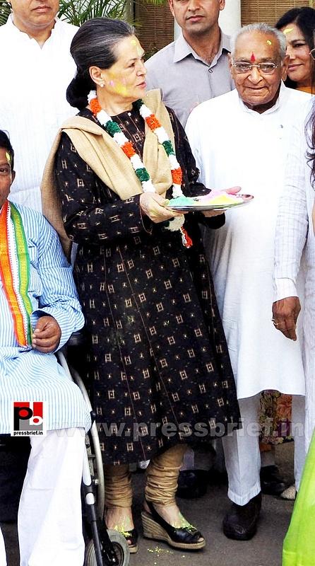 Sonia Gandhi celebrates holi (4)