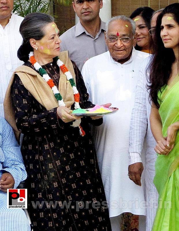 Sonia Gandhi celebrates holi (5)