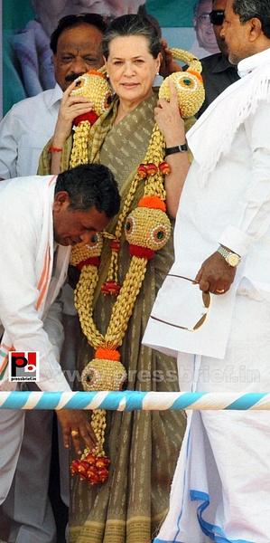 Sonia Gandhi at Kolar, Karnataka (4) by Pressbrief In