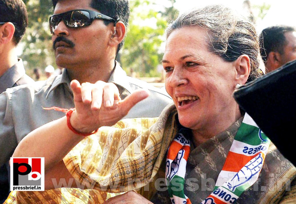 Sonia Gandhi at Kolar, Karnataka (6) by Pressbrief In
