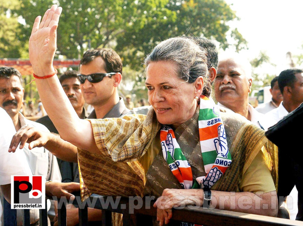 Sonia Gandhi at Kolar, Karnataka (7) by Pressbrief In