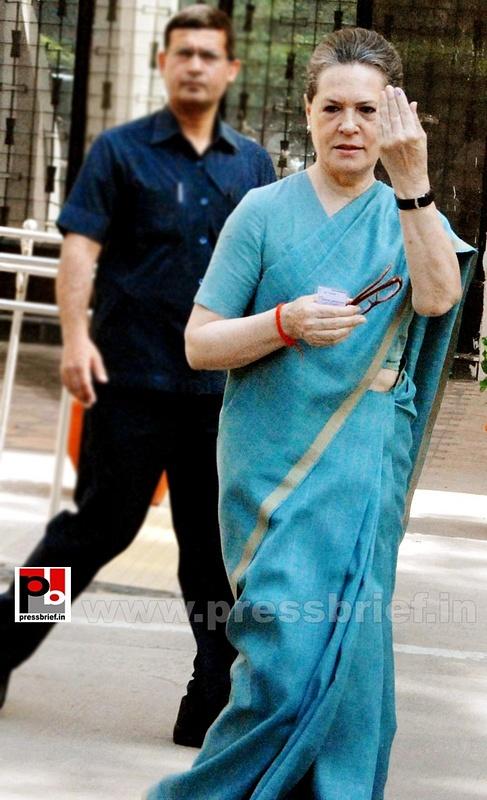 Sonia Gandhi after voting for LS polls (4)