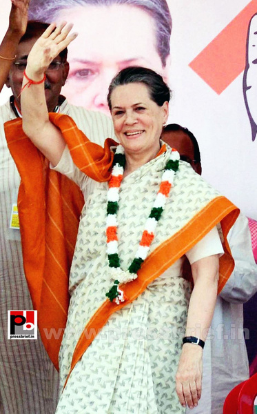 Sonia Gandhi at Neemuch, MP (2) by Pressbrief In