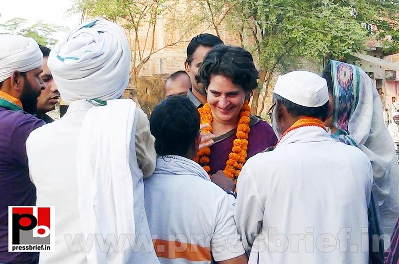Priyanka Gandhi campaigns in Raebareli (12)