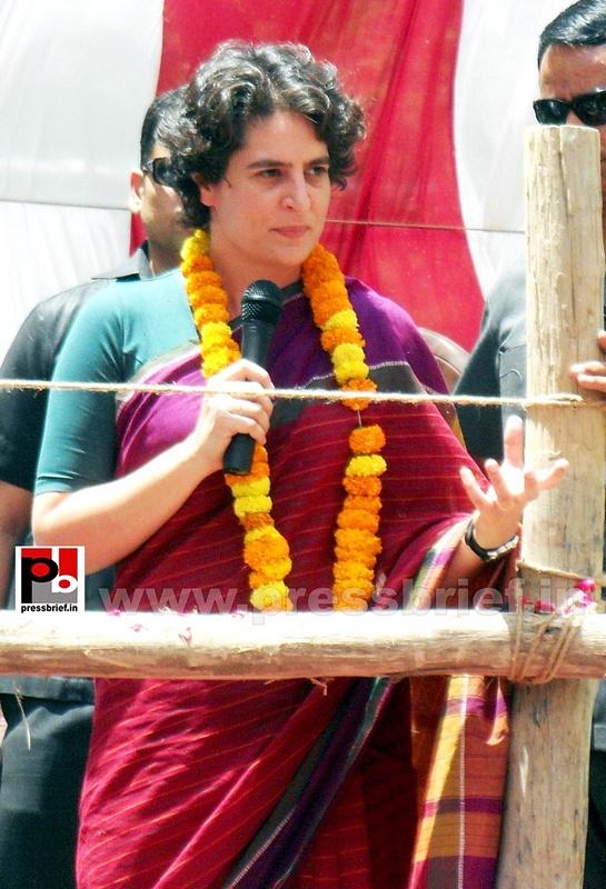 Priyanka Gandhi campaigns in Raebareli (15)