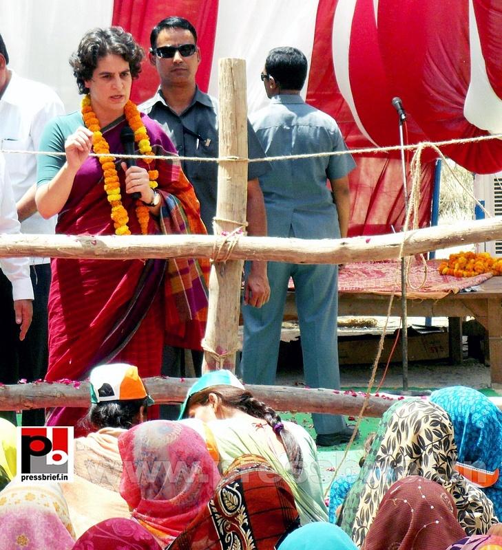 Priyanka Gandhi campaigns in Raebareli (16)