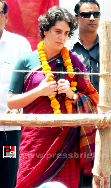 Priyanka Gandhi campaigns in Raebareli (17)