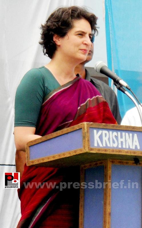 Priyanka Gandhi campaigns in Raebareli (18)