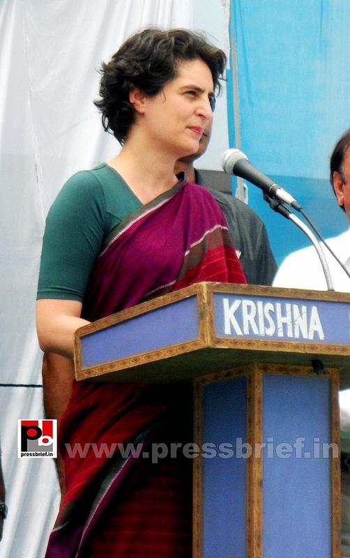 Priyanka Gandhi campaigns in Raebareli (20)