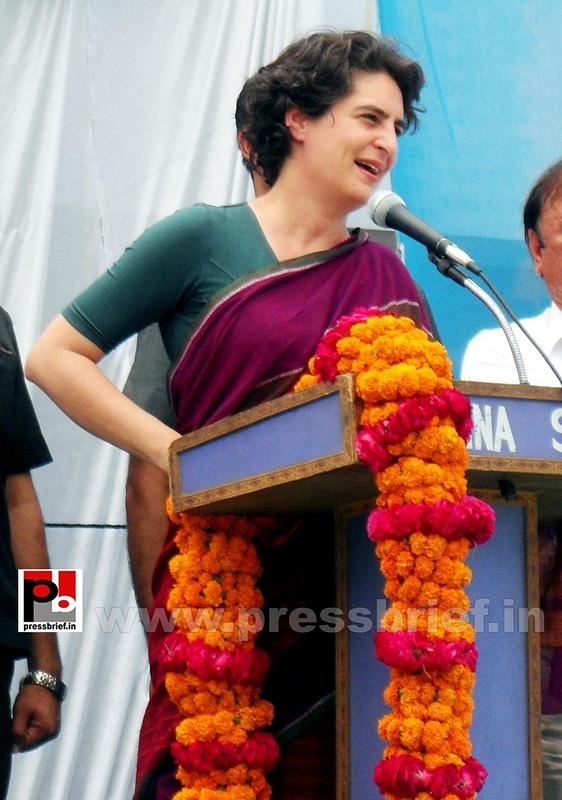 Priyanka Gandhi campaigns in Raebareli (21)