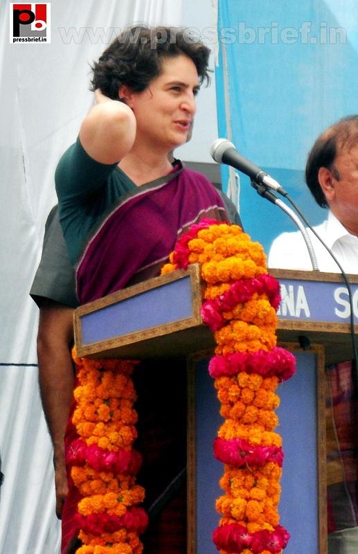 Priyanka Gandhi campaigns in Raebareli (22)