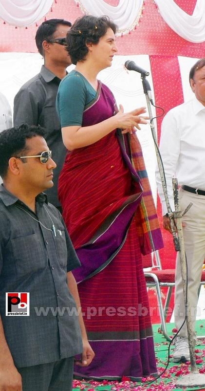 Priyanka Gandhi campaigns in Raebareli (23)