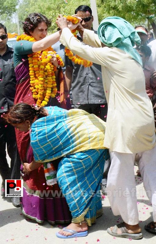 Priyanka Gandhi campaigns in Raebareli (25)
