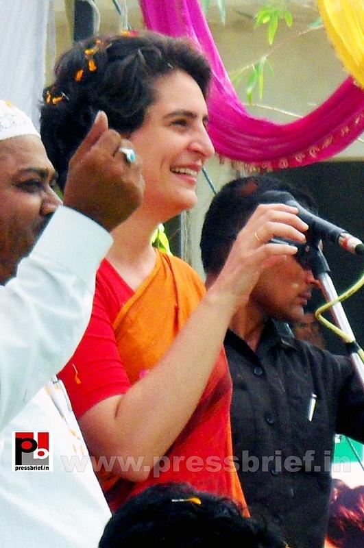 Priyanka Gandhi campaigns in Amethi (6)