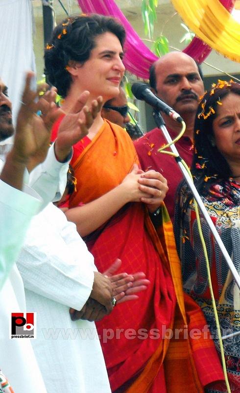 Priyanka Gandhi campaigns in Amethi (7)