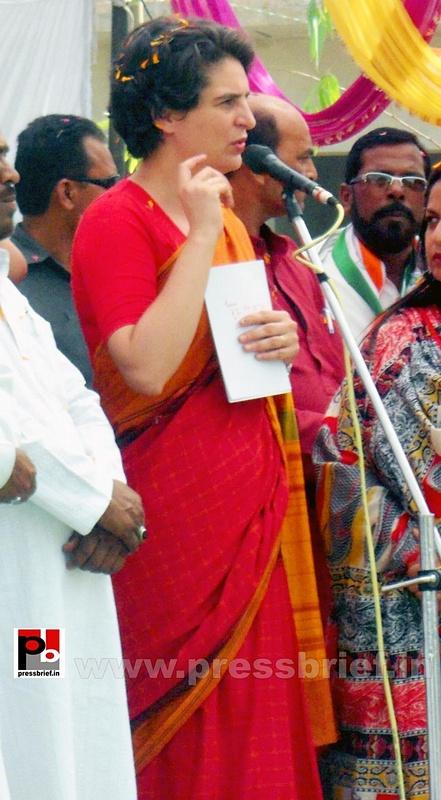 Priyanka Gandhi campaigns in Amethi (8)