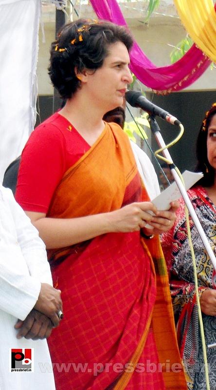 Priyanka Gandhi campaigns in Amethi (9)
