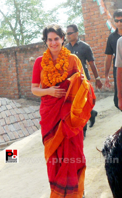 Priyanka Gandhi campaigns in Amethi (13)