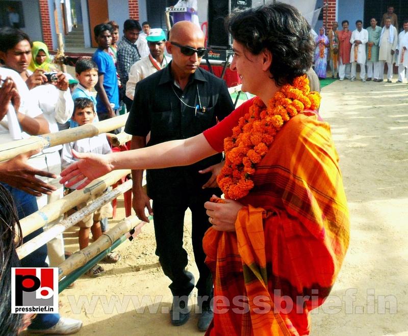 Priyanka Gandhi campaigns in Amethi (14)