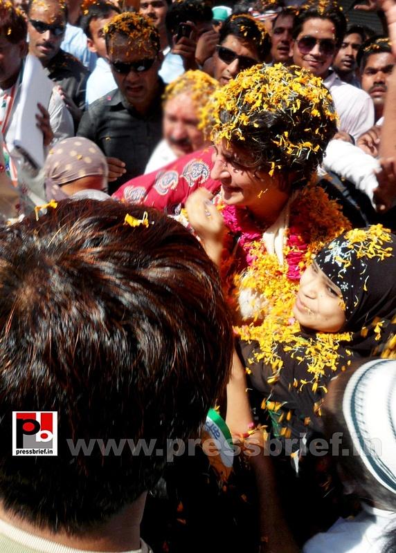 Road show by Priyanka Gandhi at Raebareli (13)